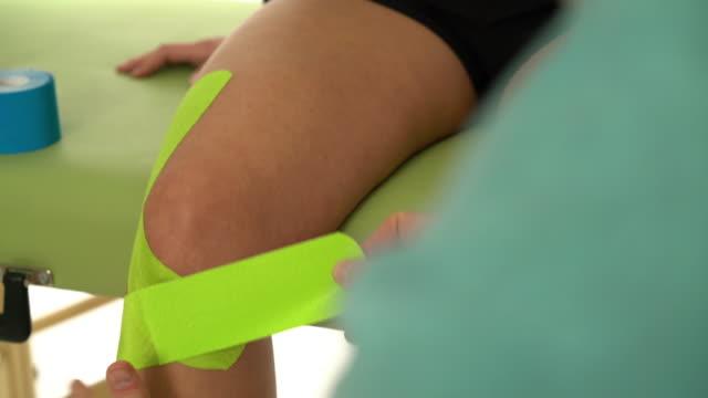 closeup knee taping - menschliches knie stock-videos und b-roll-filmmaterial
