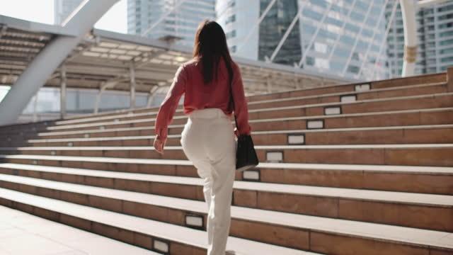 primo piano leg of businesswoman pendolarismo al lavoro - donna in carriera video stock e b–roll