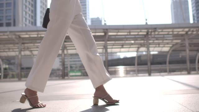 vídeos de stock e filmes b-roll de close-up leg of businesswoman walking to commuting to work - acaso