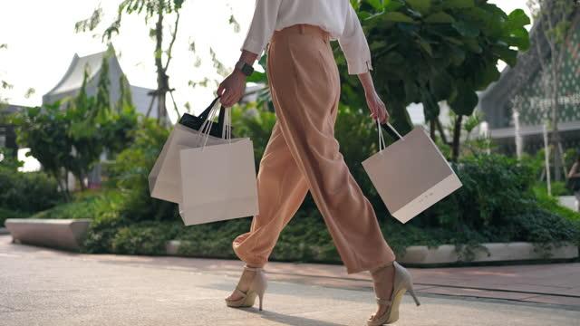 vídeos de stock, filmes e b-roll de close-up perna da mulher andando saco de compras - shopping center
