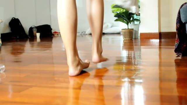vidéos et rushes de femme de jambe de plan rapproché marchant à la serviette de chute de salle de bains sur l'étage - beaux pieds et femme