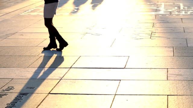 le gambe ravvicinate di woman dancing passo al freedom plaza - musica country video stock e b–roll