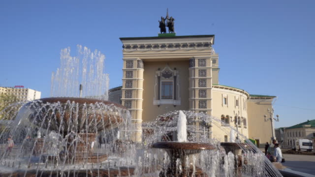 stockvideo's en b-roll-footage met close-up: lively water fountain in middle of town square - irkutsk, russia - sunny