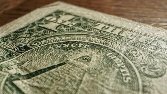 stockvideo's en b-roll-footage met close-up macro dolly shot van het oog van providence op een 2009 us american one dollar bill - samenzwering