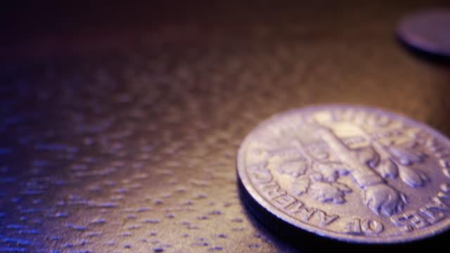vídeos de stock e filmes b-roll de close-up macro moving slider shot of a pile of american currency coins with copy space on the side - moeda de cinco cêntimos