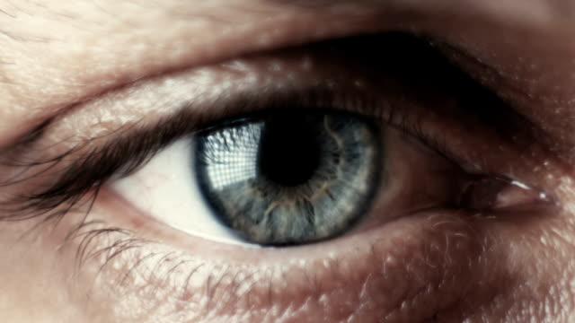vídeos de stock, filmes e b-roll de tiro macro close-up de um olho verde masculino - primeiríssimo plano