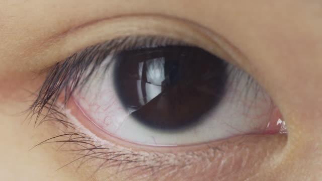 vídeos y material grabado en eventos de stock de primer plano macro toma de asian girl eye en la vista frontal - pueblos de asia oriental