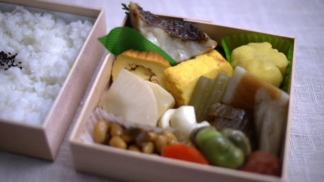 vídeos de stock, filmes e b-roll de closeup; makunouchi bento, hyogo, japan - comida japonesa