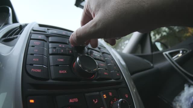 vídeos de stock, filmes e b-roll de close-up rádio de carro de sintonia masculino - rádio eletrônico de áudio