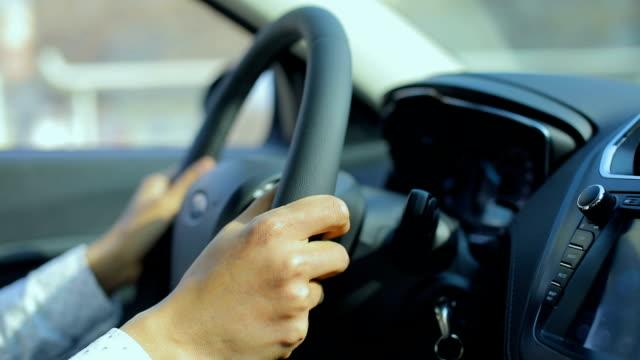 close-up man driving car - endast en man i 30 årsåldern bildbanksvideor och videomaterial från bakom kulisserna