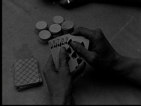 vídeos de stock, filmes e b-roll de 1915 b/w close-up man holding poker hand with a straight flush  - pôquer