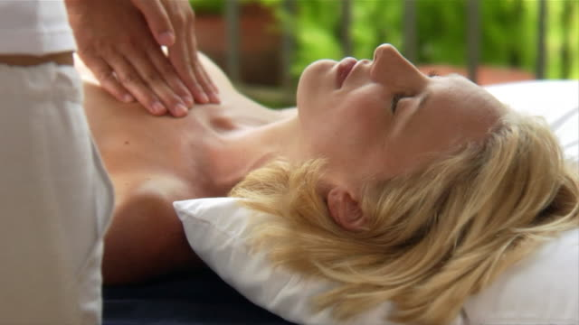 vídeos de stock, filmes e b-roll de close-up masseuse massaging woman at spa/ italy - mamilo
