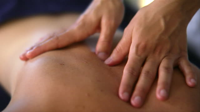 vidéos et rushes de close-up masseuse massaging woman at spa/ italy - massage