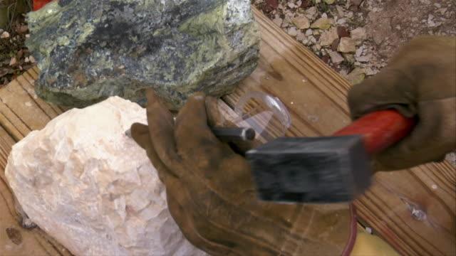 vidéos et rushes de close-up mature woman sculpting stone/ san antonio, texas, usa - sculpteur