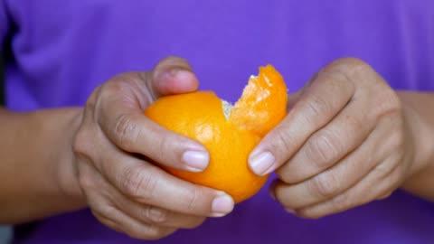 stockvideo's en b-roll-footage met close-up: mannen zijn peeling oranje - pellen