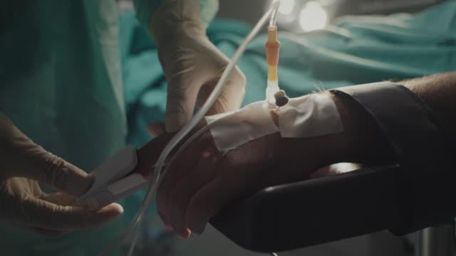 患者の手にパルスオキシメーターを置く、クローズアップ、看護師 - 女性患者点の映像素材/bロール