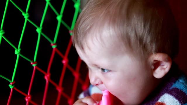 vidéos et rushes de gros plan d'un jouet en plastique à mâcher rose bébé - série d'émotions