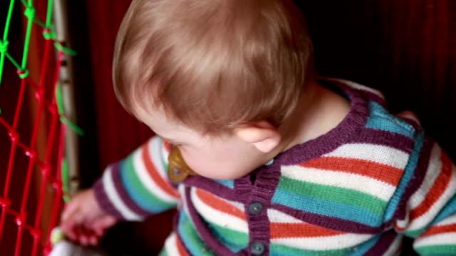 vidéos et rushes de gros plan d'un bébé assis dans le lit - série d'émotions