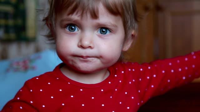 vídeos de stock, filmes e b-roll de close-up de um bebê se espalhando braços e apontando para o lado direito - olhos azuis