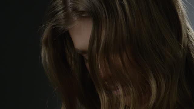 金髪ファッション モデルの顔のクローズ アップ。ファッションのビデオ。 - 人間の唇点の映像素材/bロール