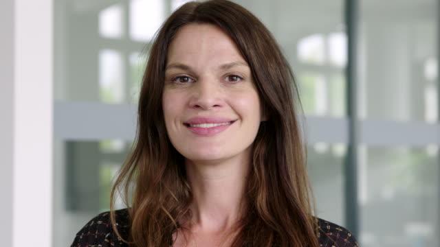 vidéos et rushes de plan rapproché d'une femme d'affaires brune dans le bureau - 35 39 ans