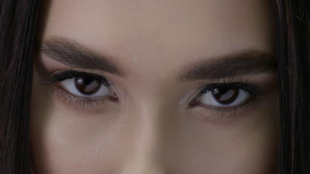 vídeos de stock, filmes e b-roll de close-up da face de um modelo de forma triguenho. vídeo de moda. modelos de moda perfeitos enfrentam. - sobrancelha