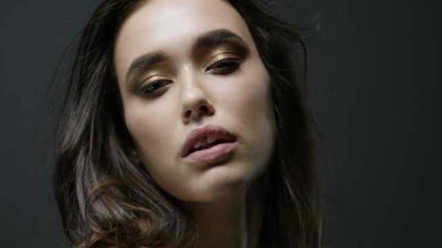 vidéos et rushes de gros plan du visage d'une brune mannequin. mode vidéo. visage de mode parfait de modèles. mode vidéo. - belle femme