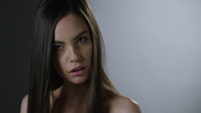 vídeos de stock, filmes e b-roll de close-up do rosto de uma modelo moda morena. - maquiagem para teatro