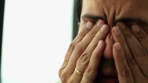 vídeos y material grabado en eventos de stock de close-up of a businessman looking sad  - bancarrota