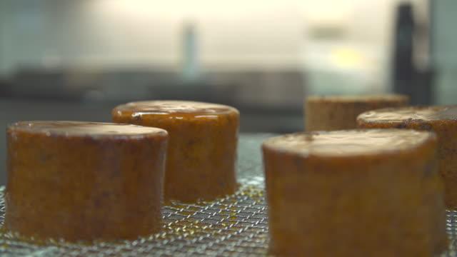 vídeos y material grabado en eventos de stock de close-up of a chef preparing a dessert dining in a restaurant. - oficio en servicios