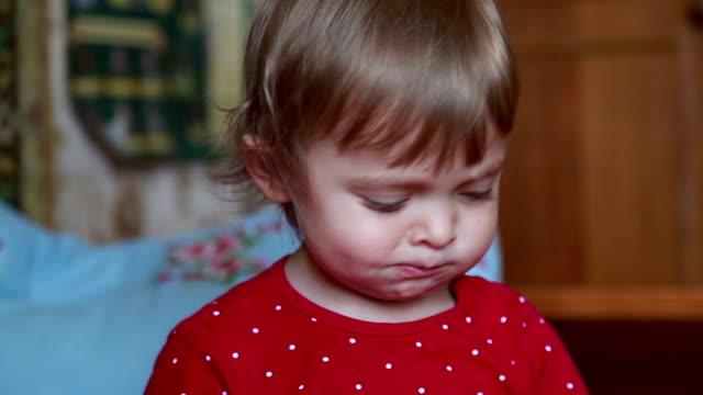 クッキーを食べた子供のクローズ アップ