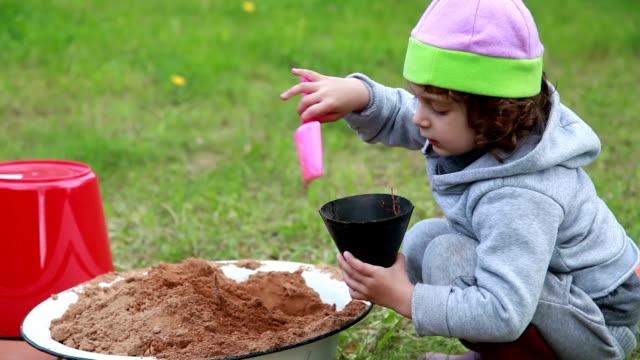 vidéos et rushes de gros plan d'un enfant qui joue dans la cour - série d'émotions