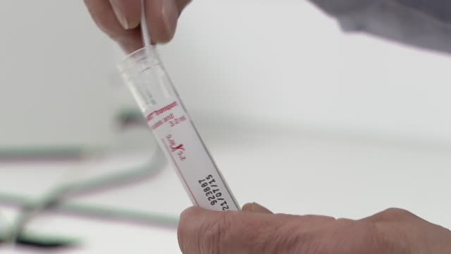 stockvideo's en b-roll-footage met closeup of a coronavirus home testing kit - testkit