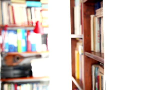 DOLLY: Nahaufnahme eines Unscharf gestellt-Bibliothek