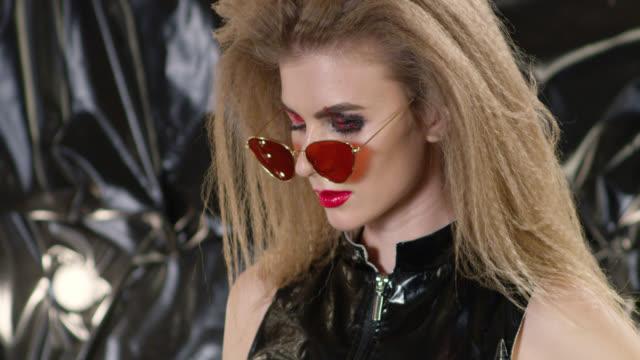 vídeos y material grabado en eventos de stock de primer plano de un modelo de moda en gafas de sol. video de la moda. - tentación