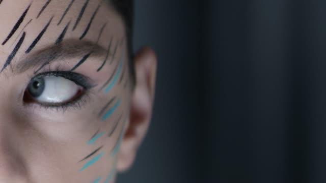 vídeos de stock, filmes e b-roll de close-up de olho azul do modelo de moda. vídeo de moda. - maquiagem para teatro