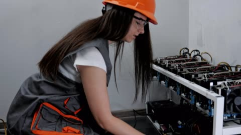 vídeos de stock e filmes b-roll de close-up of a female electrician working on an it item, engineering, measuring electrical resistance, professional it support, technology, stem, experienced professional - generation z