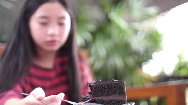 vídeos y material grabado en eventos de stock de primer plano de una niña comiendo un pastel - al horno