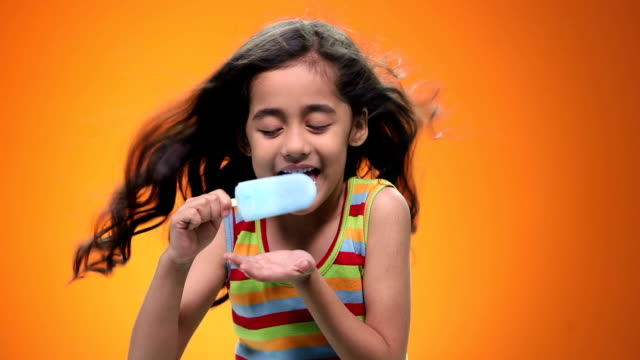 stockvideo's en b-roll-footage met close-up of a girl eating ice cream - alleen kinderen