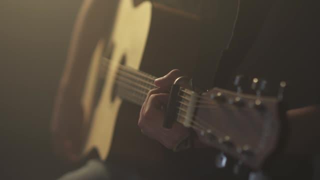 vídeos de stock, filmes e b-roll de close-up de uma pessoa de jogo da guitarra - violão acústico
