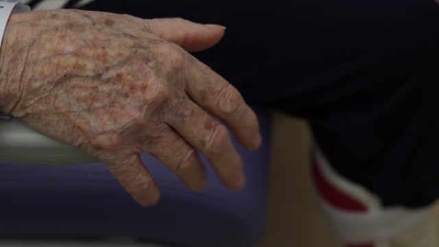 vídeos de stock, filmes e b-roll de close-up of a hand of an elderly person - veia humana