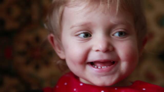 stockvideo's en b-roll-footage met close-up van een gelukkige baby die lacht - alleen baby's