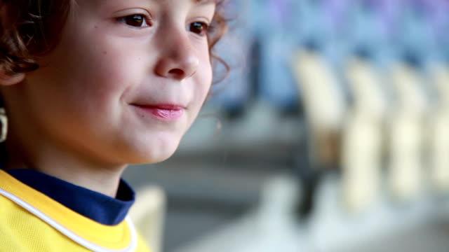 幸せな笑顔の女の子のクローズ アップ - 横顔点の映像素材/bロール