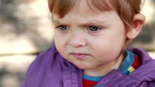 vídeos de stock, filmes e b-roll de close-up de um bebê com fome comem ervilhas verdes pele - olhos azuis