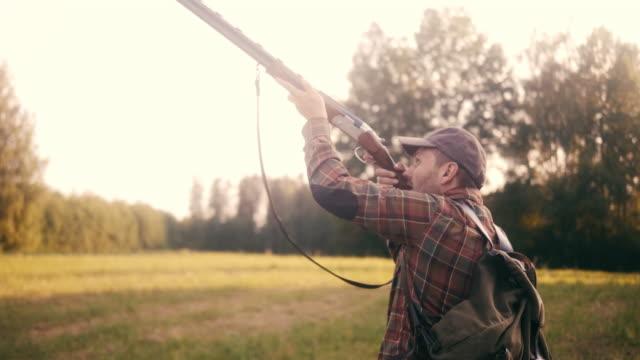stockvideo's en b-roll-footage met close-up van een hunter shooting shotgun (slow motion) - vogeljacht