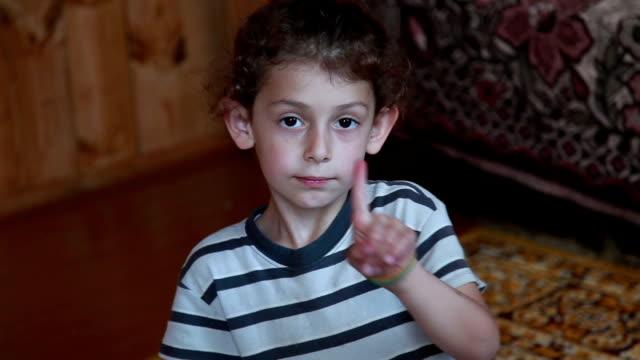 nahaufnahme eines kleinen mädchens mit zeigefinger - gelockt stock-videos und b-roll-filmmaterial