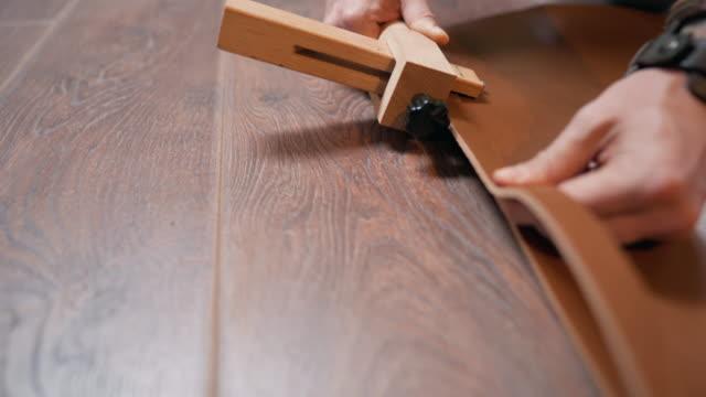 nahaufnahme eines männlichen händeschneidens des ledermaterials in riemen - leder stock-videos und b-roll-filmmaterial