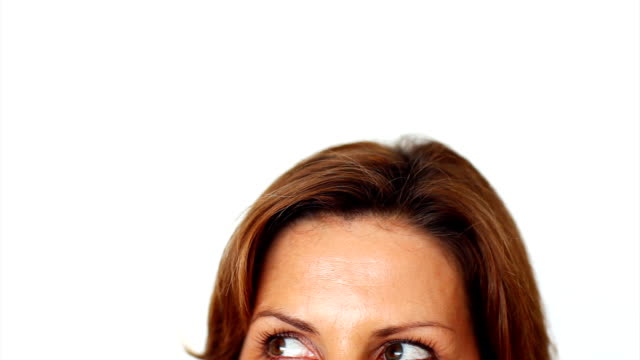 primo piano di una donna matura guardando lontano stranamente - distrarre lo sguardo video stock e b–roll