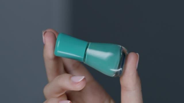 カラフルなマニキュアを処理するモデルの手のクローズ アップ。ファッションのビデオ。 - マニキュア液点の映像素材/bロール