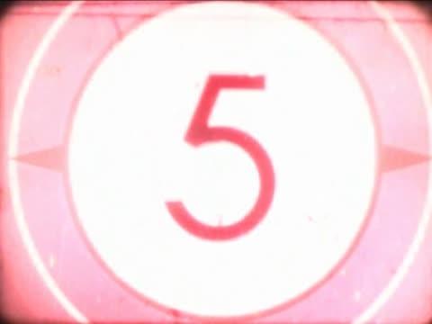 vídeos de stock, filmes e b-roll de close-up of a number countdown on a film leader - número 4